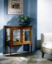 Klasikiniai svetaines baldai Vitrinos art 705 Vitrina