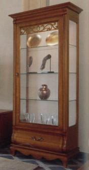 Klasikiniai svetaines baldai Vitrinos art 418 Vitrina
